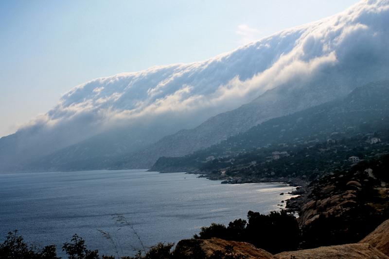 Na Ikarii můžete spatřit i tento úžasný jev, který vypadá jako vlna Tsunami. ve skutečnosti jsou to mračna, která se valí přes hřeben hory dolů k moři.