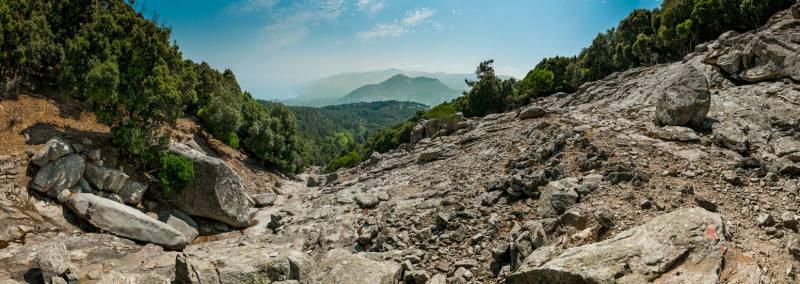 Červená nás ale i tak dovede až do kaňonu vymletého bystřinou tekoucí z pohoří Klimatia, s nádherným výhledem na severní pobřeží Ikárie. V kamenném poli červenou ztrácíme a vracíme se...
