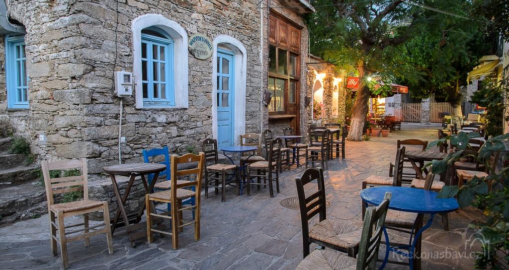 tradiční vesnice Christos Raches ožívá až po soumraku