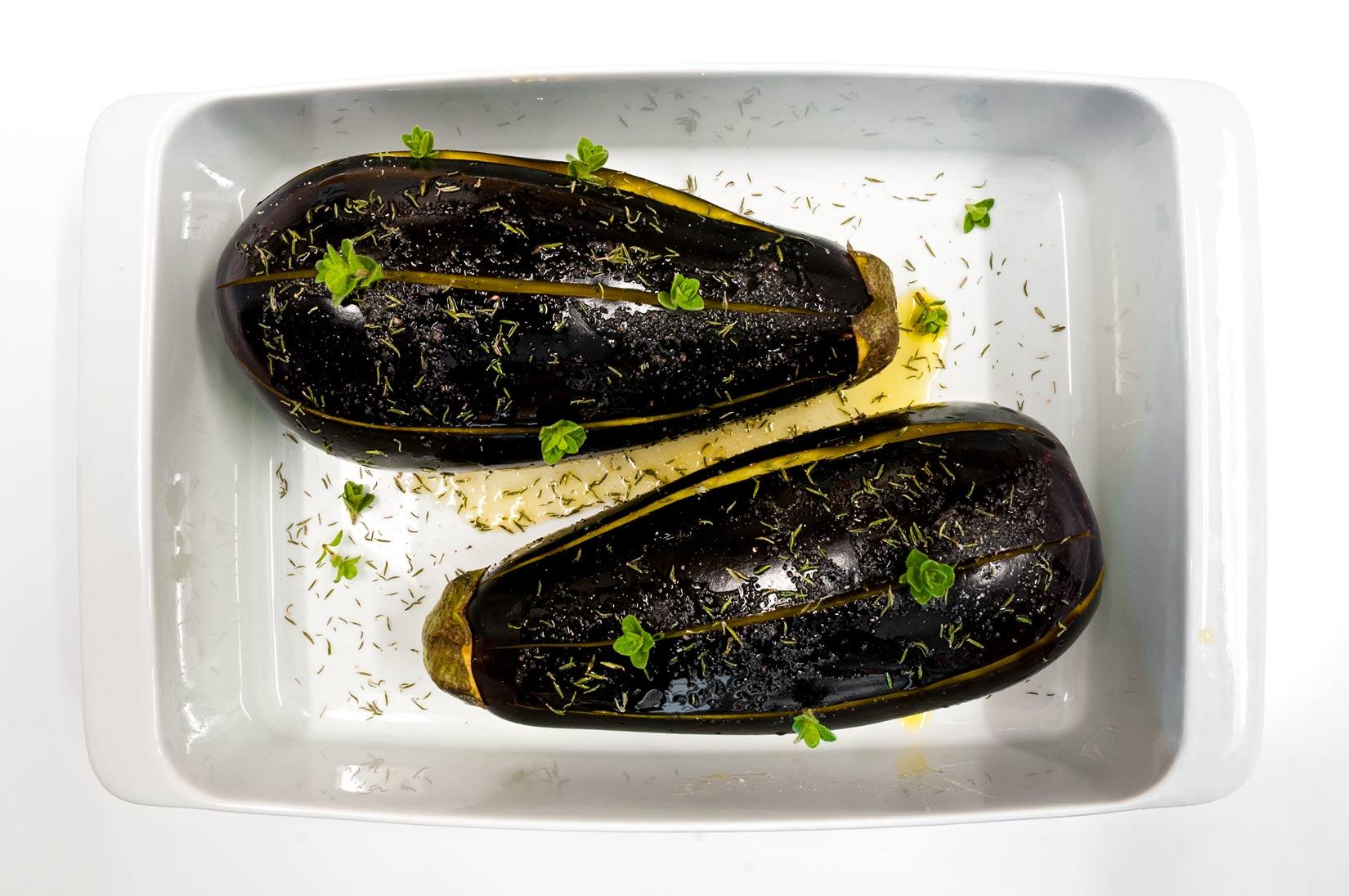 Lilky podélně nakrojíme třemi řezy do dvou třetin tloušťky. Do řezů vetřeme sůl, tymián a olivový olej.