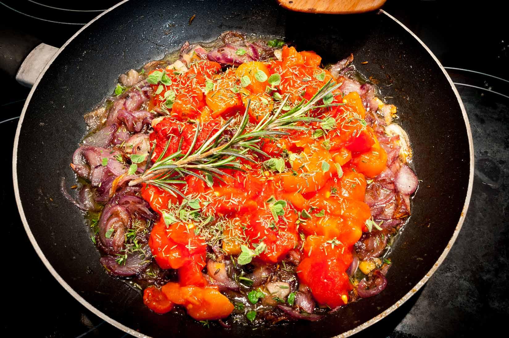 ...rajčata a všechno koření, necháme prohřát.