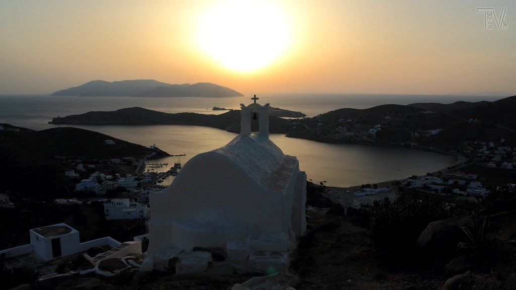 západ slunce nad zátokou přístavu Ormos, v dálce silueta ostrova Sikinos