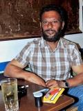 Petros má nejradši vlastnoručně ubalené cigárko a sklenici Tsipoura s vodou