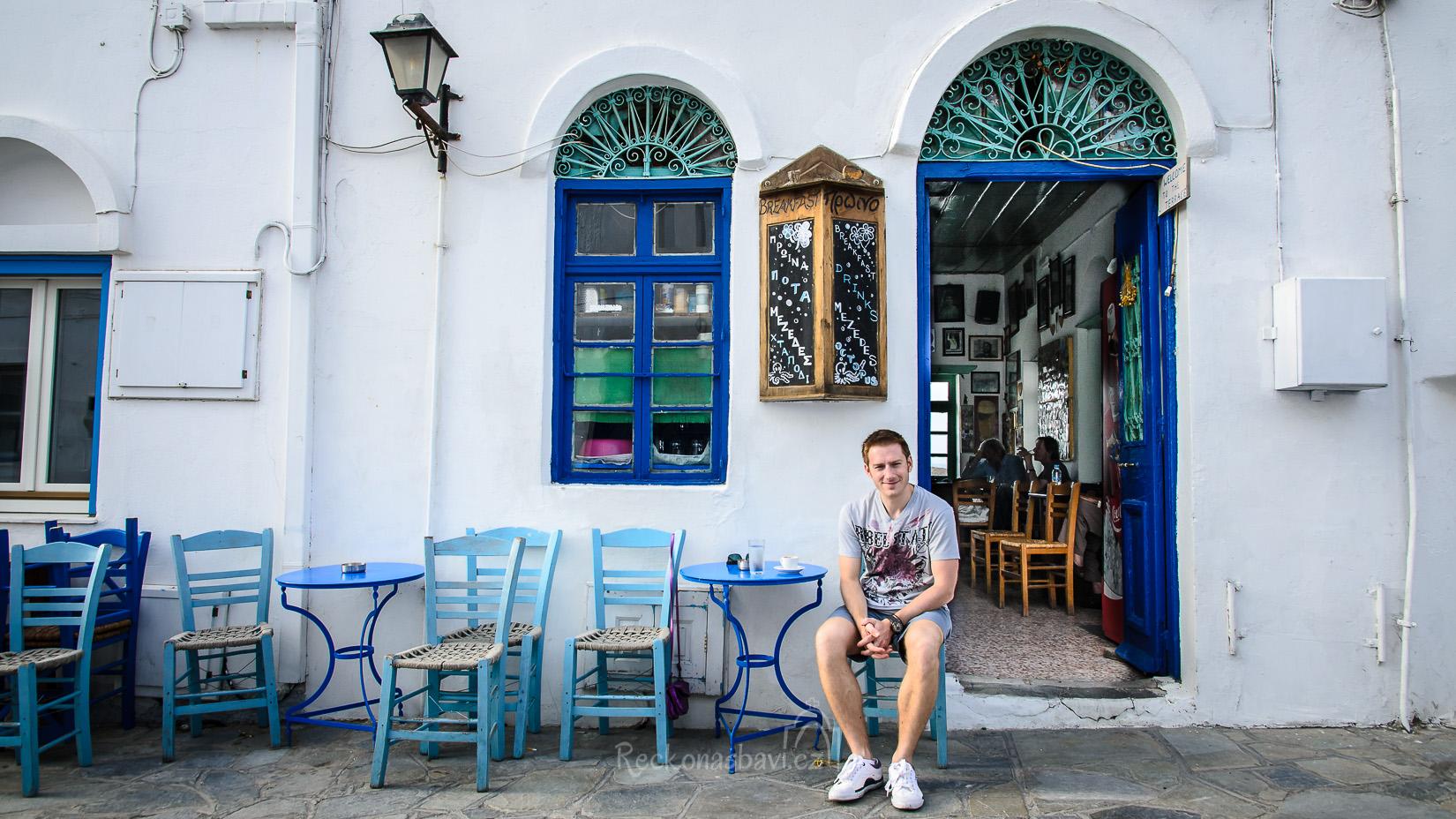 Kafenio bezpečně poznáte podle typicky dřevěných, většinou modrých, židliček s proplétaným sedátkem a na ní sedícím řeckým dědulou. Za pár let zarostu vousem a bude to dokonalý :)
