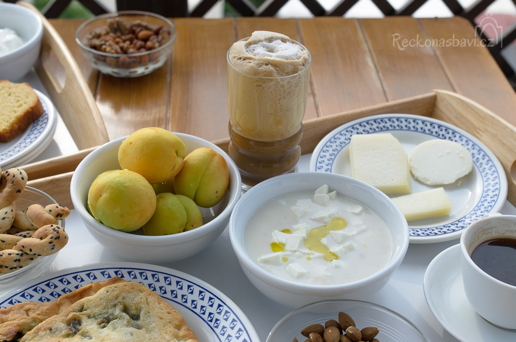 """sladká ovesná kaše """"Trahanas"""" se sýrem Feta, pepřem a exra panenským olivovým olejem (tradiční snídaně z malých vesnic)"""