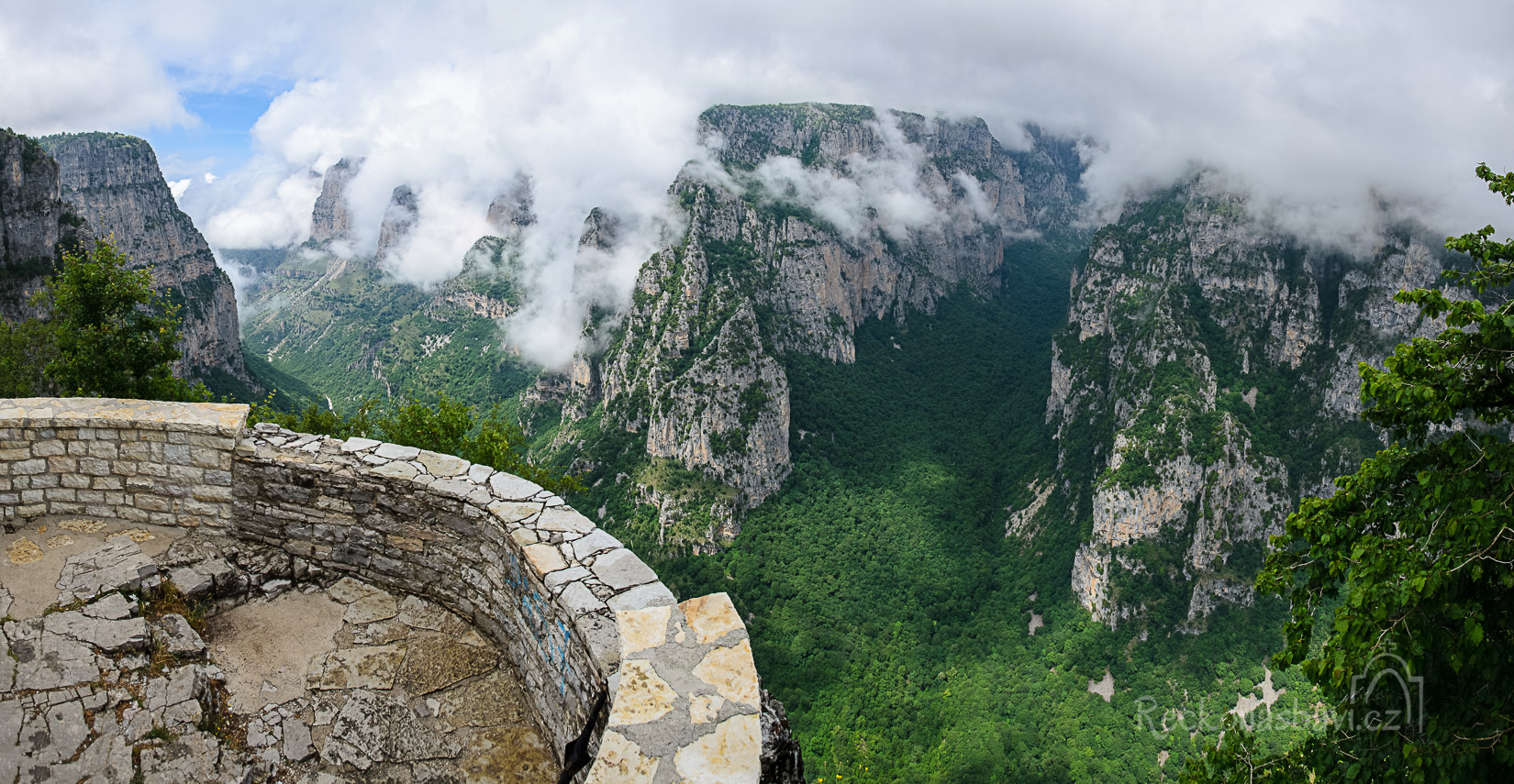 kamenný balkon na vyhlídce Oxia (1300m n.m.)