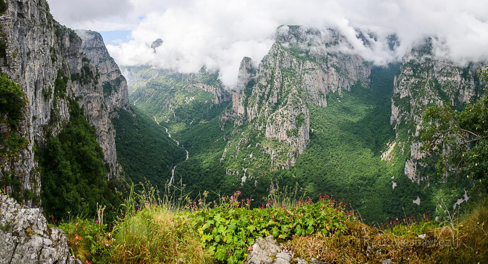 pohled do kaňonu Vikos z vyhlídky Oxia