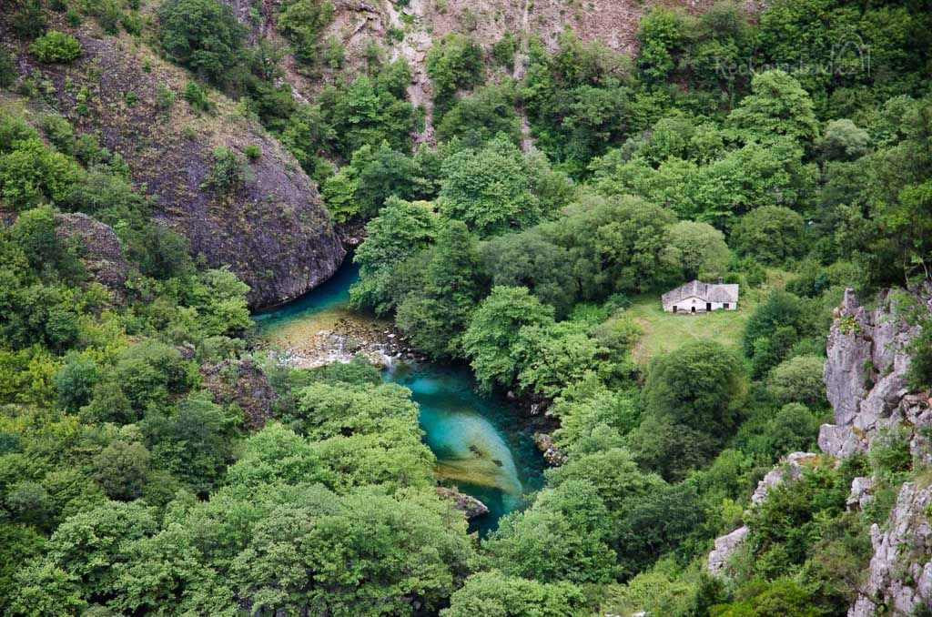 vesnice Vikos (740m n.m.) - vyhlídka na kostelík Panagia a prameny Voidomatis