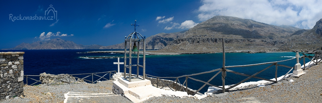 zvonice na výběžku Vourgounda - v pozadí ostrov Saria