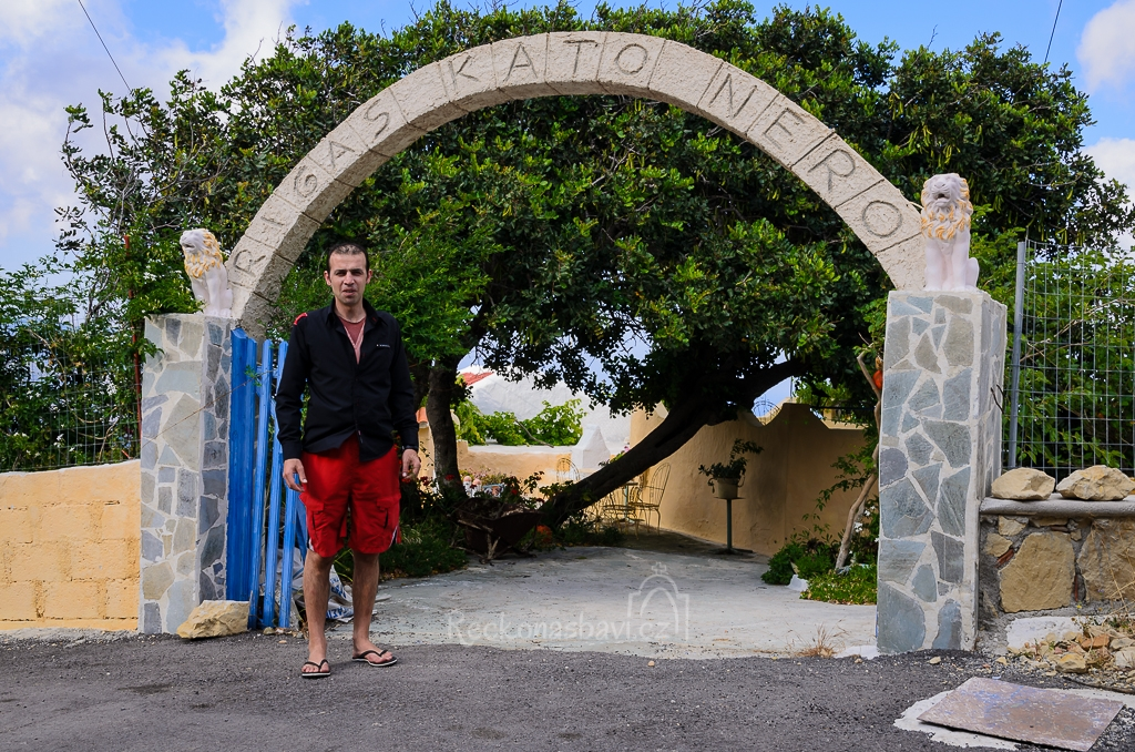 Minas nás pozval na procházku jeho zahradou v Menethes