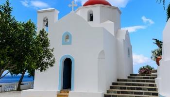 Kyra Panagia - kostelík s červenou kopulí a stejnojmennou pláží