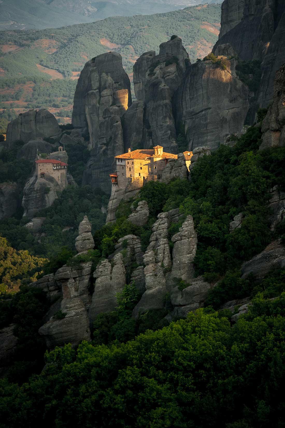 Μοναστήρι της Αγίας Βαρβάρας Ρουσάνου jako ostrov světla v temnotách
