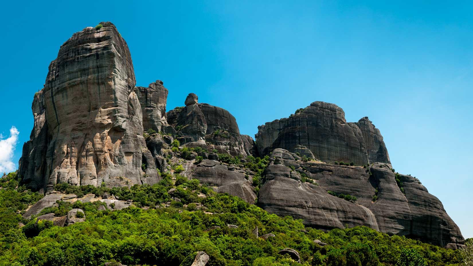 Odtud, z žabí perspektivy není vidět, ale na tom nejvyšším skalisku je vybudován Μονή Αγίας Τριάδος