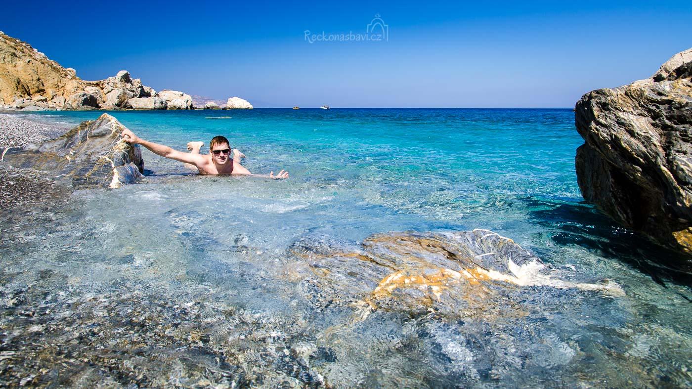 musím se pevně držet, jinak mě proud odnese zpátky na Santorini :D