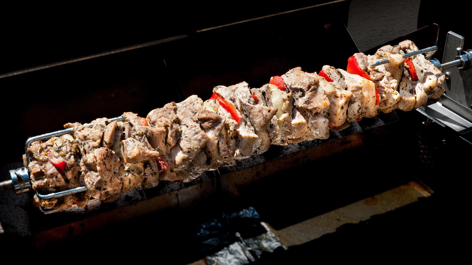 Po odstranění alobalu je vepřové maso zatím bledé - ale zato plné šťávy a chutí z bylinek