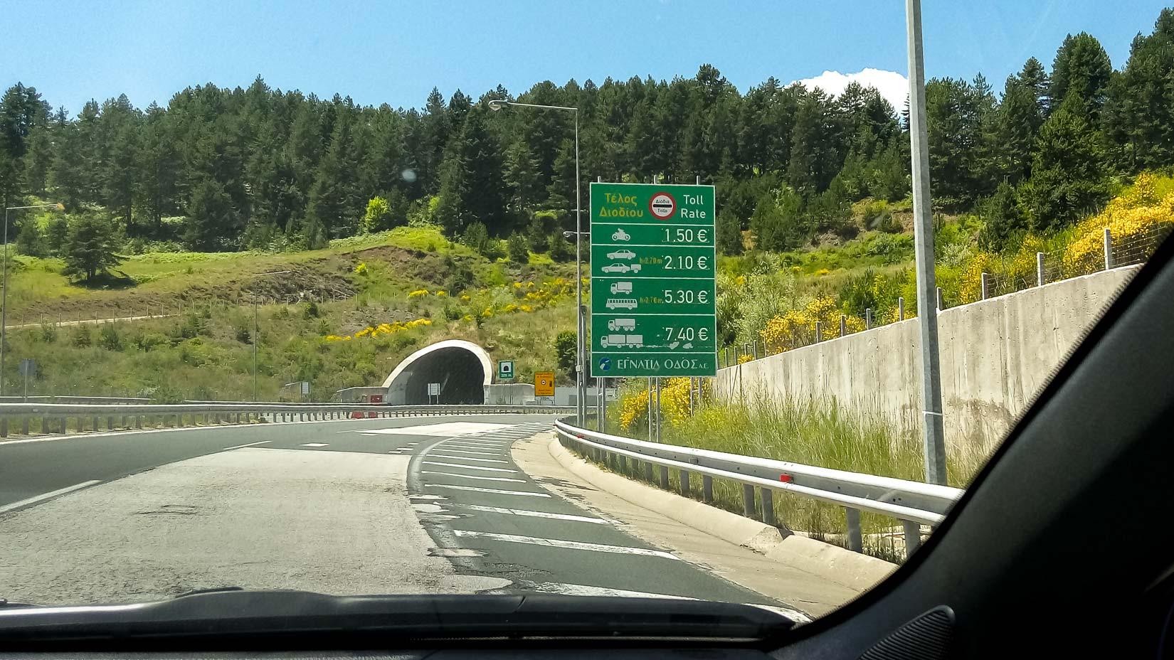 Typické panorama v západní části Egnatia Odos. Tunely, zalesněná pahorkatina a příslib mýtné brány. Alena už chystá drobné