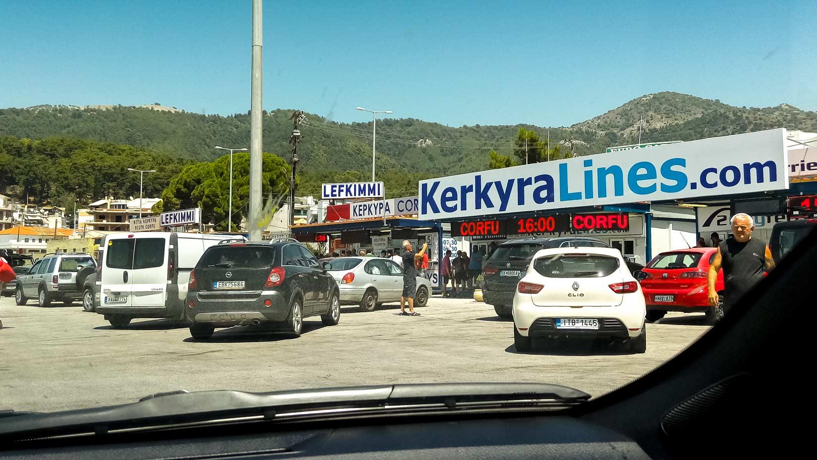 Projedete hlavním terminálem přístavu u kruháče, dáte se doprava a za chvíli se můžete vmáčknout mezi ostatní zájemce o plavbu do Levkímmi. Nebo Kerkyry.