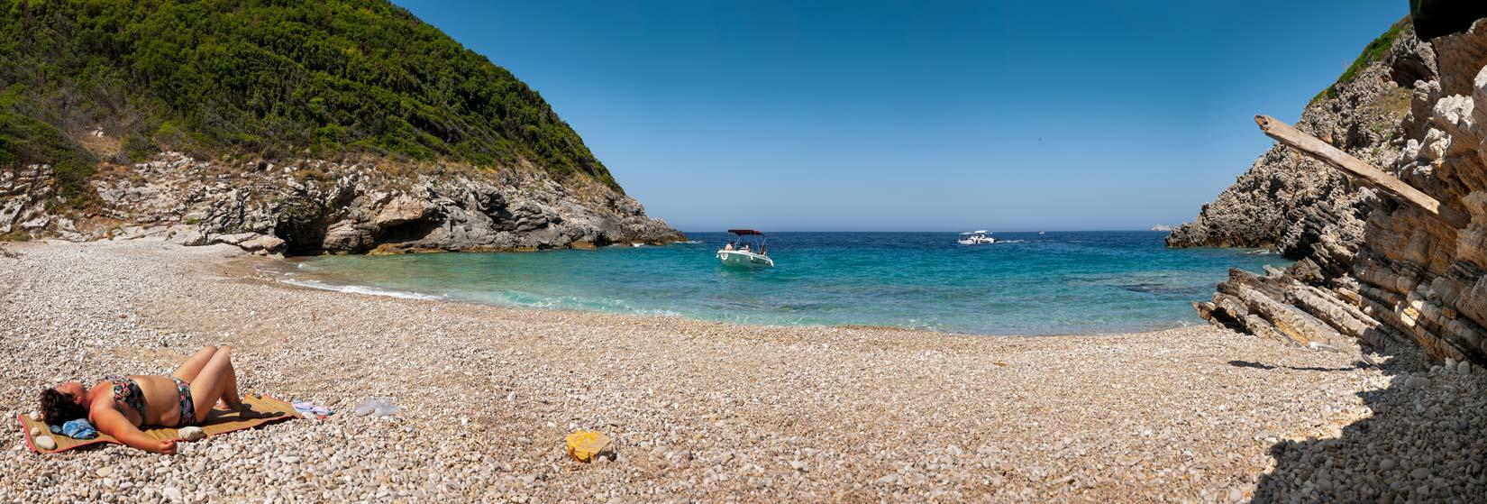 Liniodoros Beach. Přístupná pouze z moře, nebo pěšky olivovými háji hodinu cesty od Liapádes