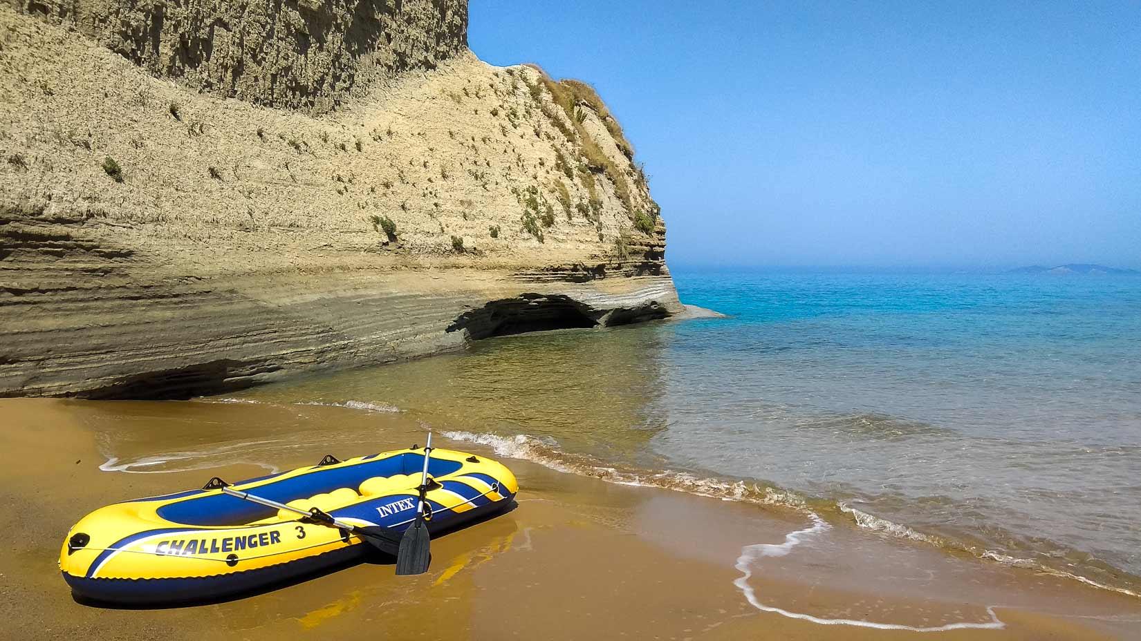 Naše první plavba na gumáči od Logas Beach k Drastis Cape. Oranžové pláže pod strmým břehem byly jen naše...