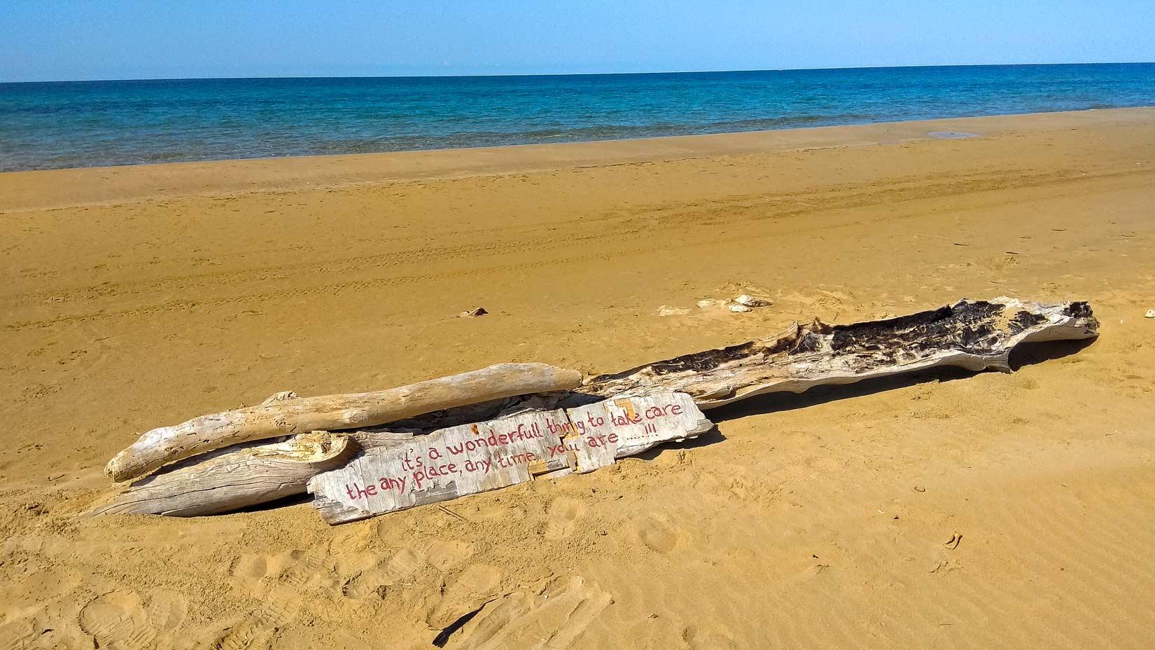 Chalikouna Beach s oranžovým pískem u jezera Korission. Pláž je tak dlouhá, že je vám skoro smutno z osamění...