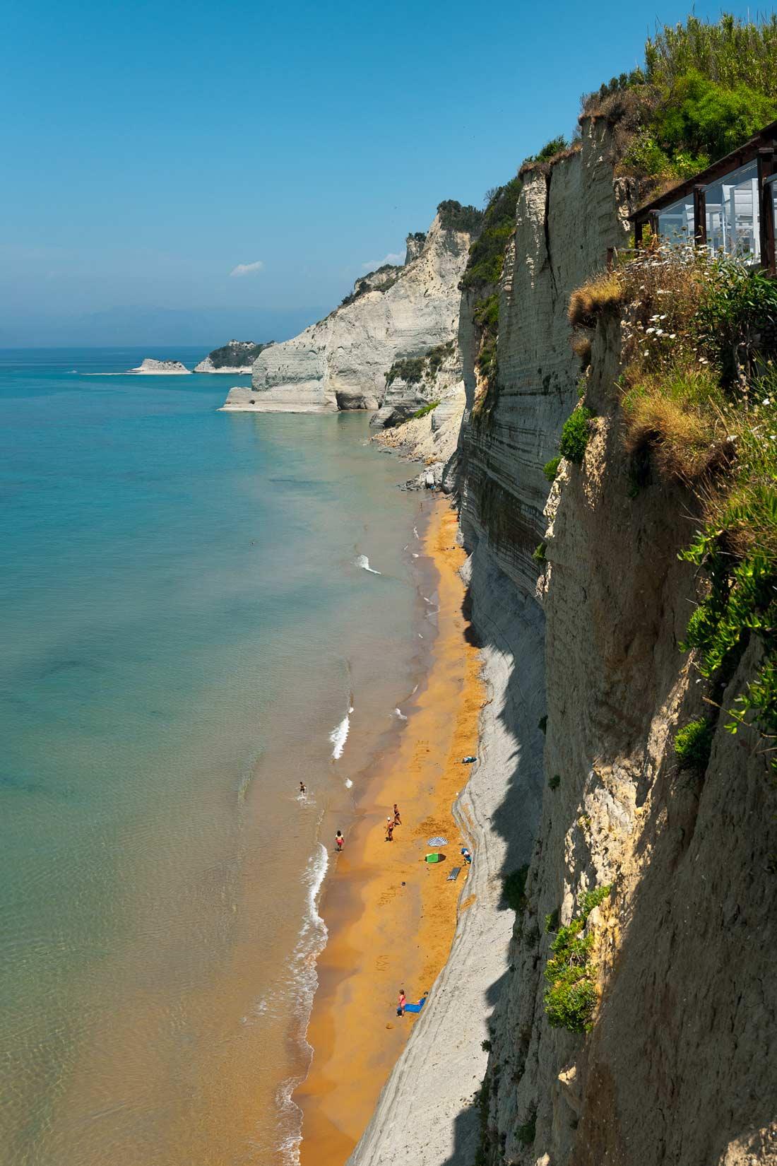 Jedinečný pohled ze skleněné vyhlídky taverny 7. nebe  nad pláží u mysu Drastis