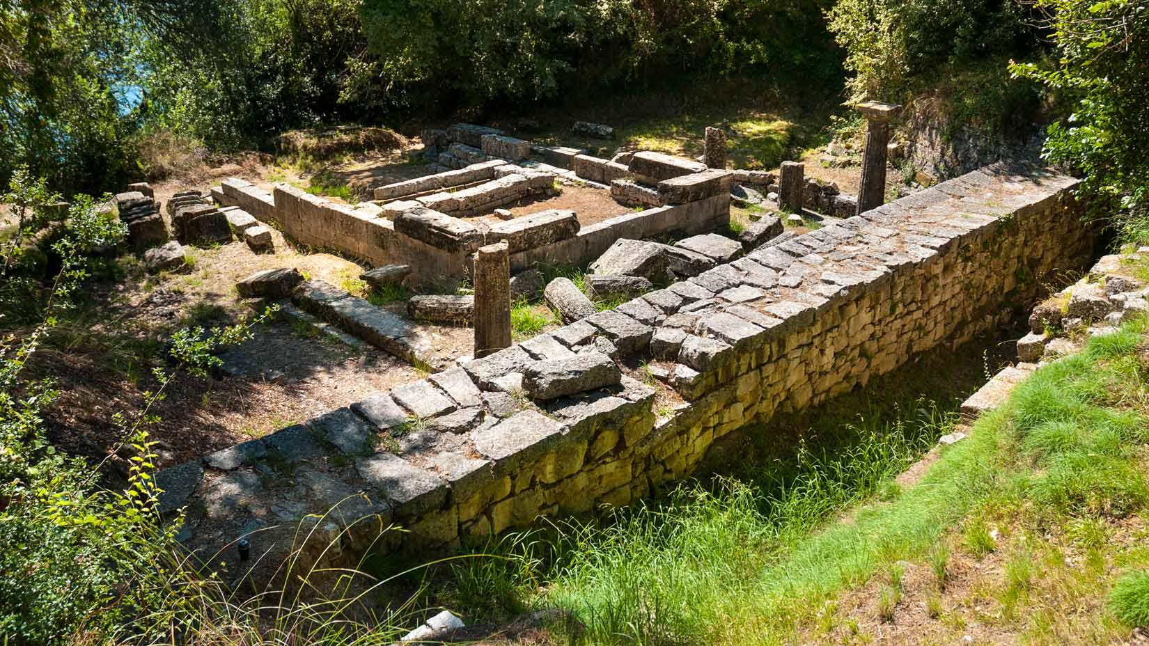 Ke chrámu Kardaki vás dovede pěšina, vedoucí od zámečku Mon Repos