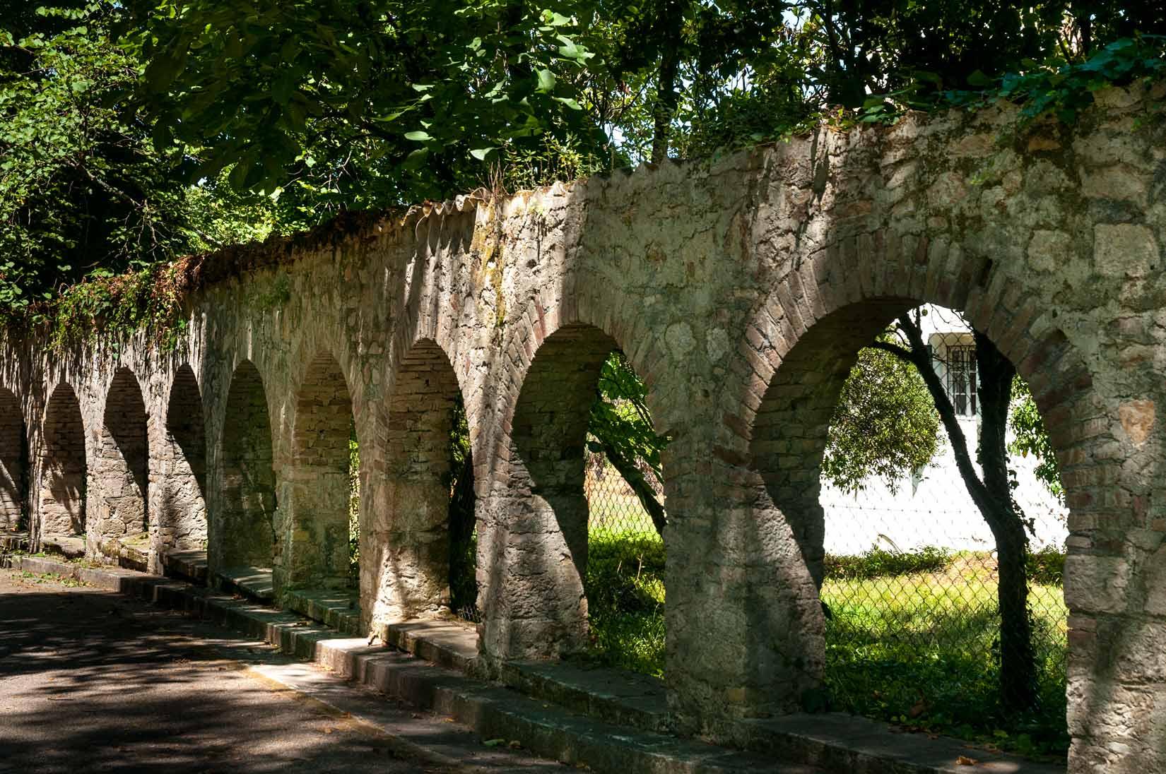 Cesta vedoucí  od hlavní brány do zahrad komplexu Mon Repos