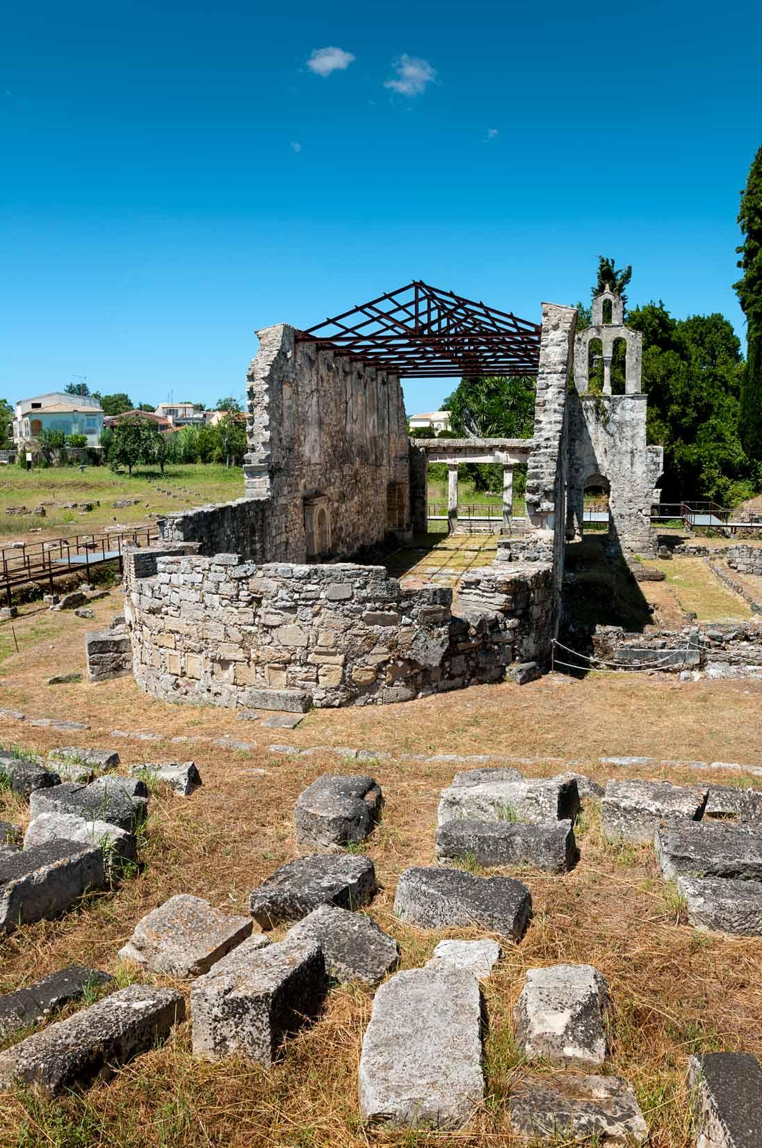 Raně křesťanská bazilika v Paleopoli stojí hned u vchodu do parku Mon Repos