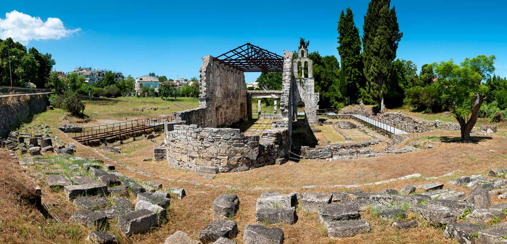 Raně křesťanská bazilika v Paleopoli je dnes sevřená rušnou ulicí vedoucí k hlavnímu městu Kerkyra