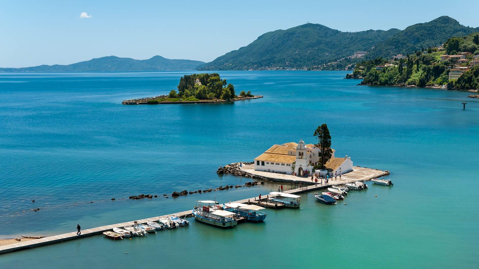 Vidět takto na živo panorama Myšího ostrova a Pontikonisi můžete z terasy Royal Boutique Café.