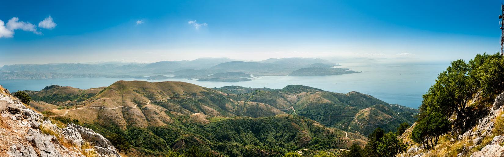 Parádní panorama východní části Kerkyry a Albánie z hory Pantokrator