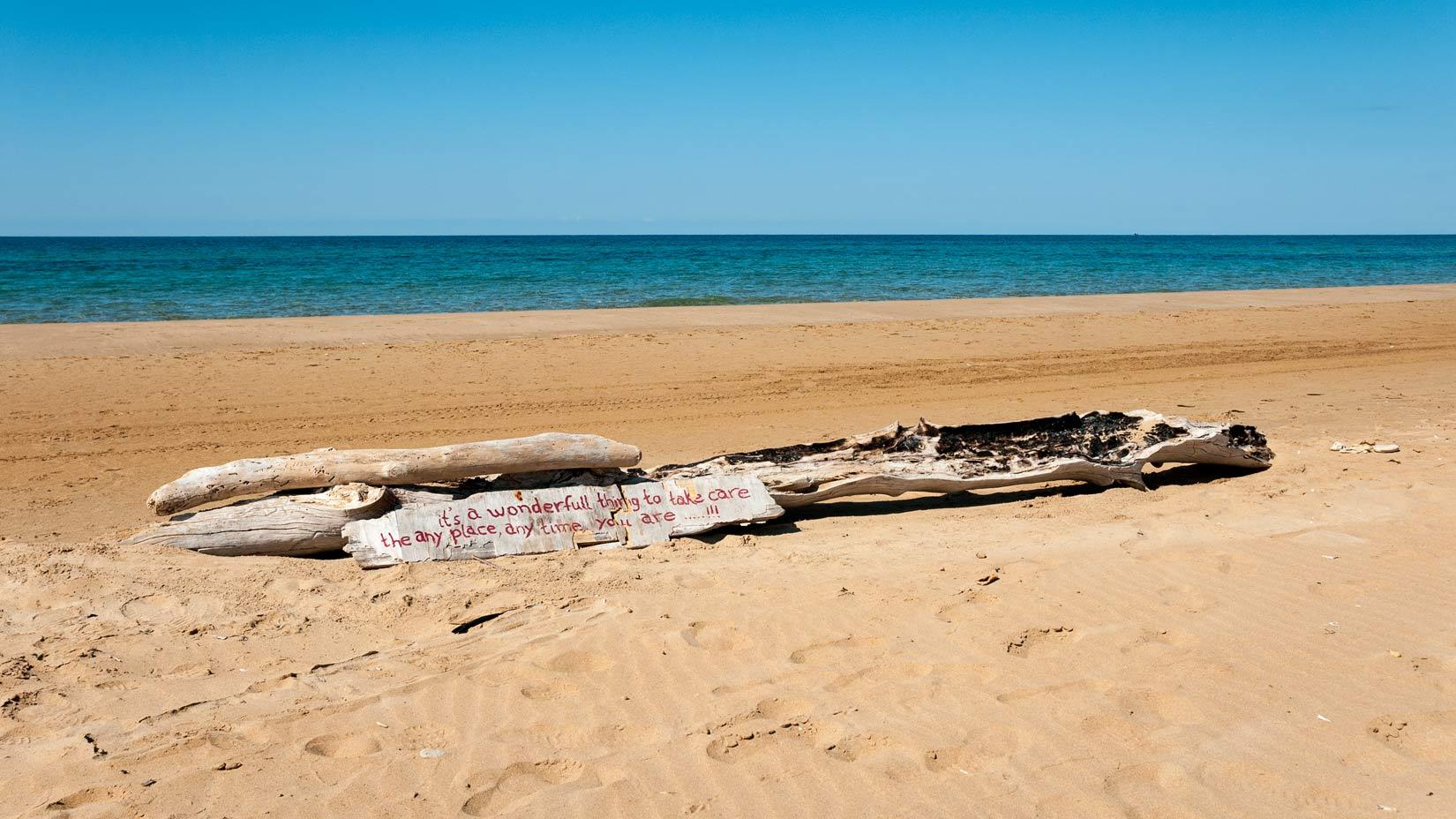 Téměř nekonečná, oranžovo písečná pláž Chalikunas