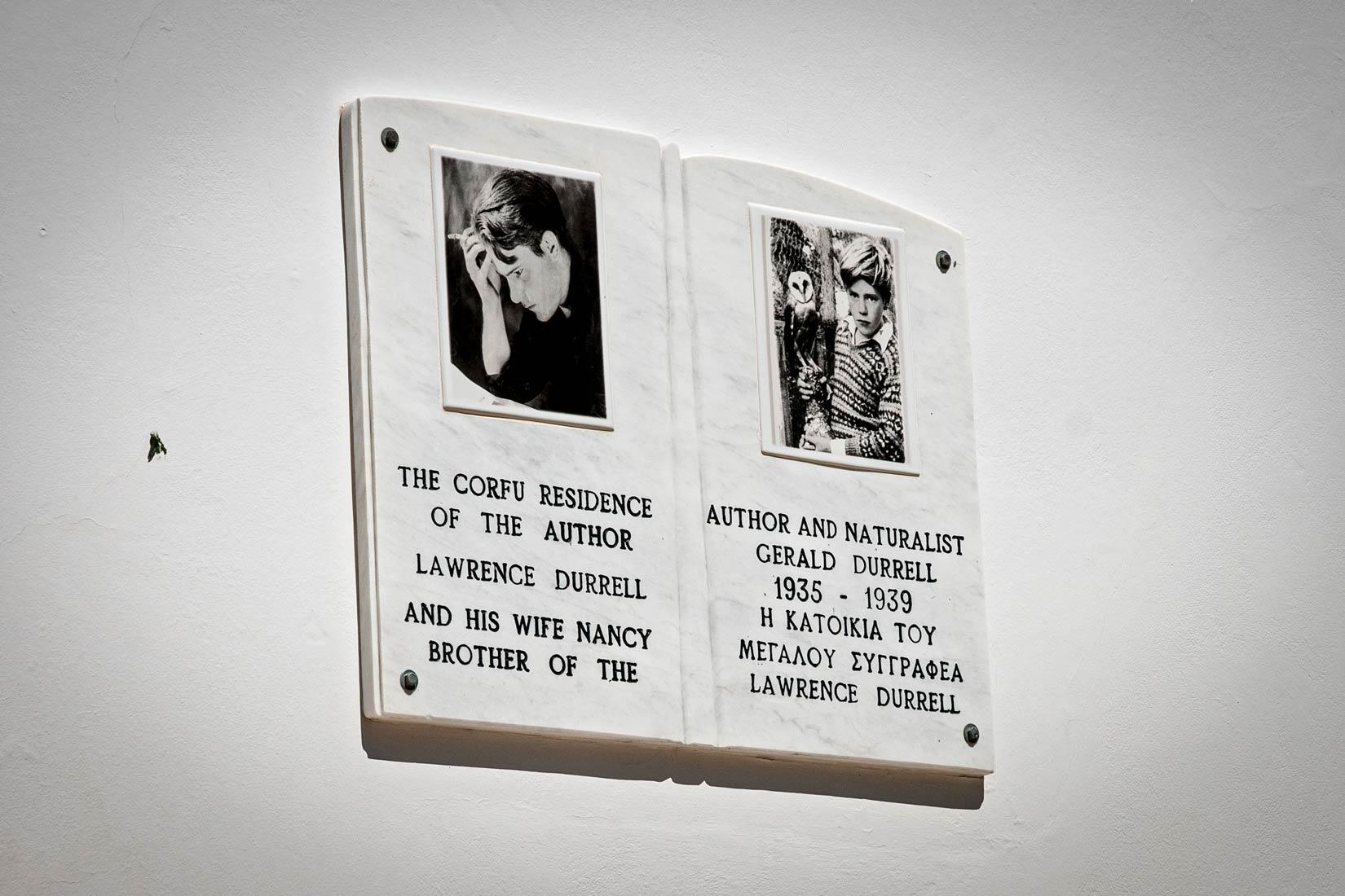 Deka na Bílé vile připomíná, že tu bydlel a žil Lawrence Durrell se svojí ženou Nancy