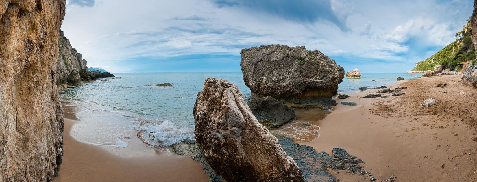 Vyznavačům nudismu vyčleněná polovina pláže Mirtiotissas. Brutálně romantická, takhle po ránu...