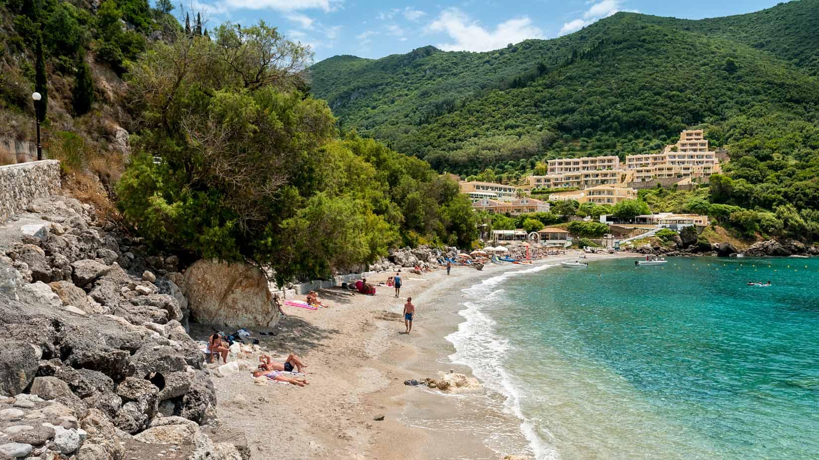 Pláž Ermones, velice příjemná, oblázková s dobrým vstupem do vody.