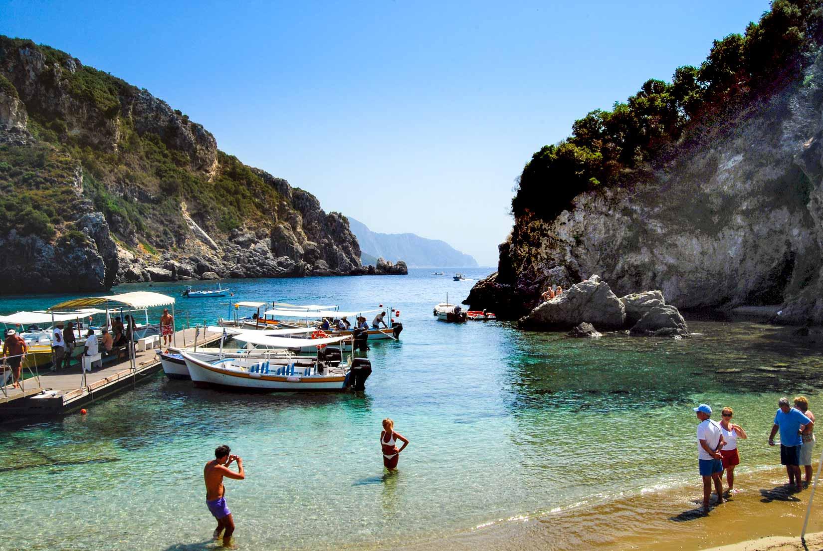 Záliv Svatého Spirose můžeme považovat za ústřední pláž letoviska Paleokastritsa. V sezóně je tu hlava na hlavě, tělo na tělo...