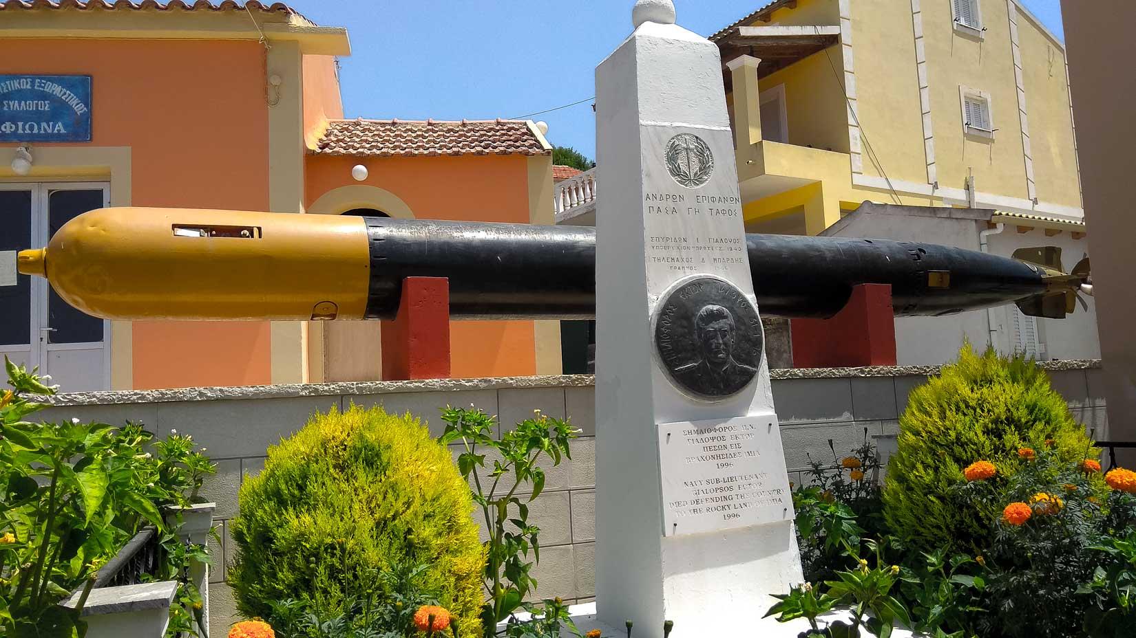 Památník s torpédem ve vesnici Afionas nad Porto Timoni. Pro nás suchozemce dost působivá smrtonosná hračička...