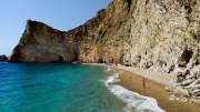 Pláž Chomí, též známa jako Rajská pláž. Úžasný kousek Korfu pod strmým útesem, přístupný pouze z moře