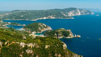 Z ochozu hradu Angelokastro se před vámi rozprostře kouzelné panorama Paleokastritse a pláž pod Liapades