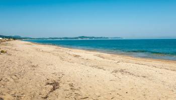 Východní část pláže Almiros mimo ruch Acharavi