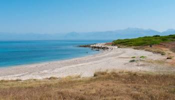 Antinioti West Beach je krásně přírodní, dostupná po štěrkové cestě, vedoucí k jezeru Antinioti