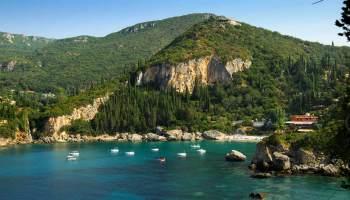 Pláž Géfira pod Liapades. Sesutá část skalního masívu a balvany na pobřeží dávají tušit křehkost celého pobřeží...