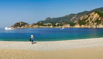 Pláž Rovinia poblíž Liapades, přístupná pouze z moře a pěšky