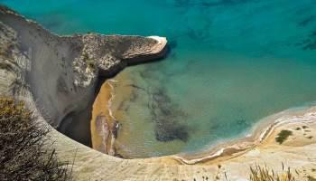 Plážička pod mysem Drastis z ptačí perspektivy. Při obdivování opatrně! Útes je velmi strmý, pod nohama prach a písek a zábrany žádné!