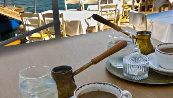 V džezvě poctivě připravená dvojitá Řecká káva v Bílé vile Lawrence Durrella. S výhledem na azurové moře, na obzoru Albánie.