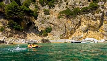 Pláž Antifos - dostupná pouze z moře. Ale stojí to za těch pár temp...