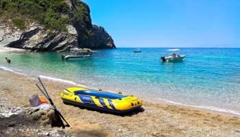 Pláž Kolias pod letoviskem Liapades. Dostupná pouze z moře. Čili nádherně přírodní, bez servisu