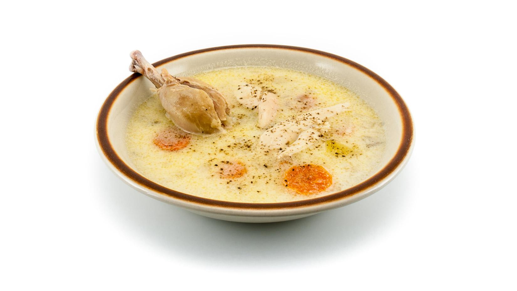 Porci Kotosoupa avgolemono doplníme vybranými kousky kuřete a dochutíme čerstvě umletým pepřem