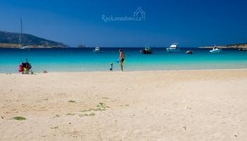 na městské pláži Ammos budete obdivovat prvotřídní písek a loďky na tyrkysové hladině