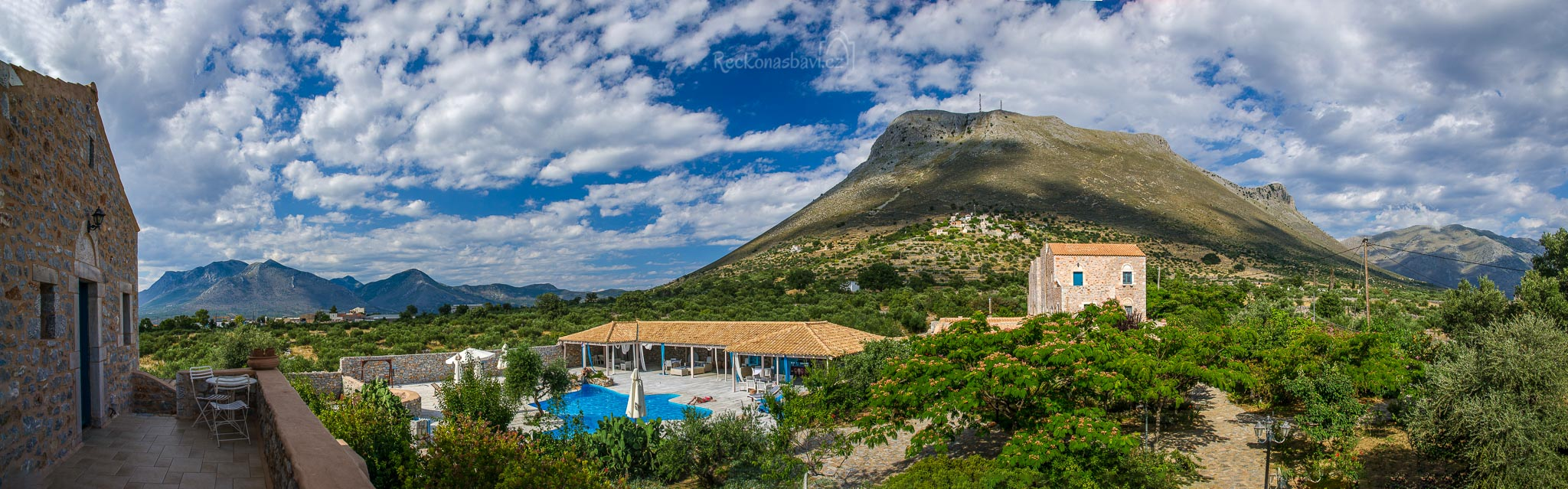 až panoramatický výhled z našeho pokoje: hory, bazén, rozkvetlá zahrada, všechno na dosah ruky...